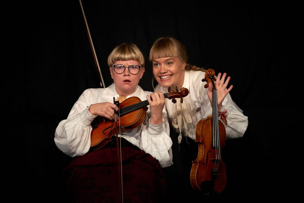 """Alva Granström och Magdalena Eriksson i föreställningen """"Fröken"""". Foto: Thor Hauknes"""
